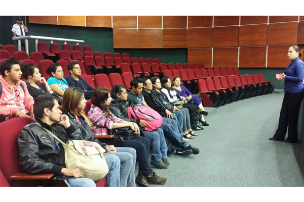 Recibe Poder Judicial de Michoacán a estudiantes universitarios