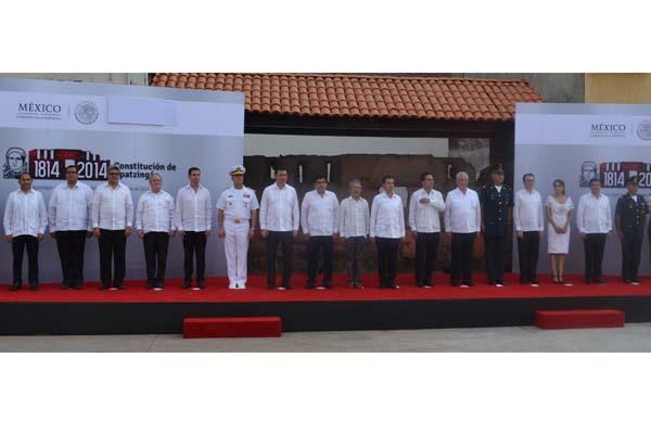 Montan guardia de honor en conmemoración de los 200 años de la Constitución de Apatzingán