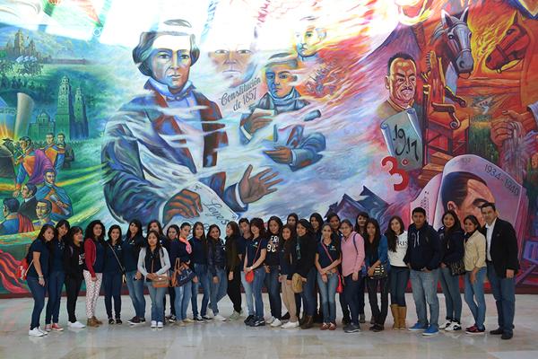 Recibe Poder Judicial de Michoacán a universitarios