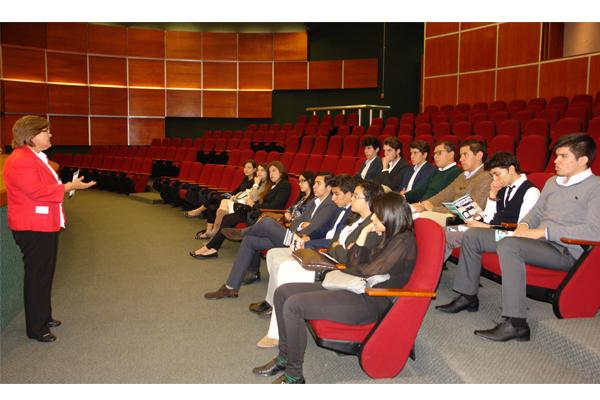 Recibe Poder Judicial de Michoacán a estudiantes de preparatoria