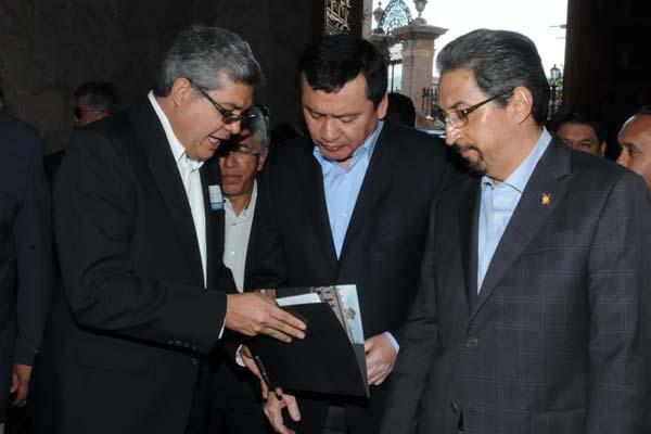 Magaña de la Mora entrega a Osorio Chong invitación para Bicentenario de la Instalación del Primer Supremo Tribunal de Justicia, en Ario de Rosales