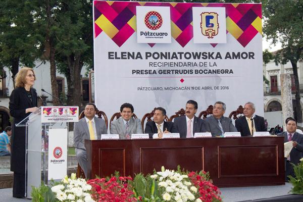 "Autoridades estatales entregan Presea ""Gertrudis Bocanegra""  a Elena Poniatowska"