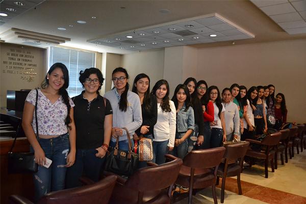 Recibe Poder Judicial de Michoacán a estudiantes de la carrera de Derecho