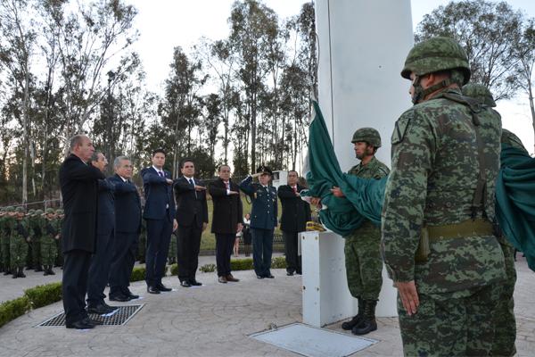 Autoridades en Michoacán conmemoran el Día de la Bandera