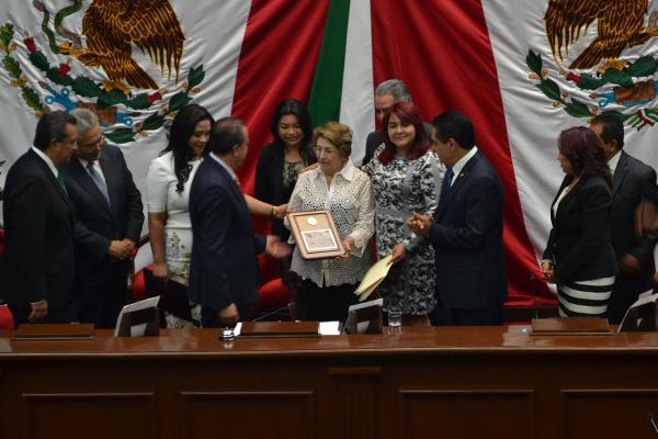 """Autoridades estatales entregan la medalla """"Michoacán al Mérito Docente"""""""