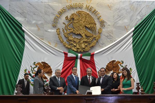 A esta sesión asistieron magistrados y consejeros de la institución, así como autoridades federales, estatales y municipales