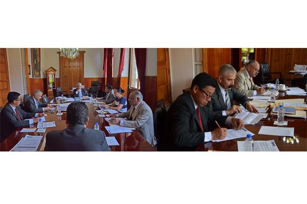 En sesión ordinaria, integrantes del Comité de Adquisiciones
