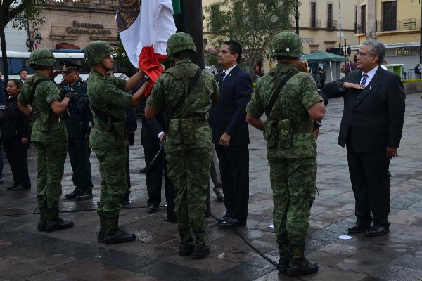 Autoridades estatales participan en izamiento de Bandera
