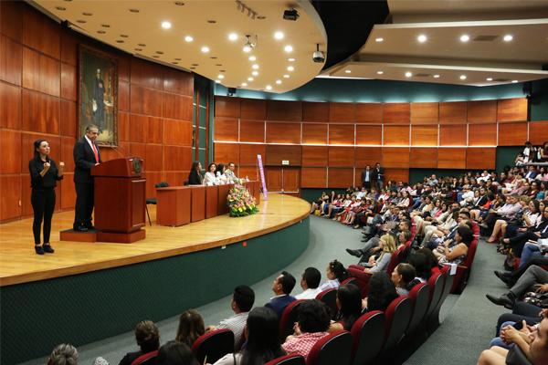El magistrado presidente se dirige a un nutrido público durante conferencia sobre violencia política de género dictada por magistrada del Poder Judicial de la Federación