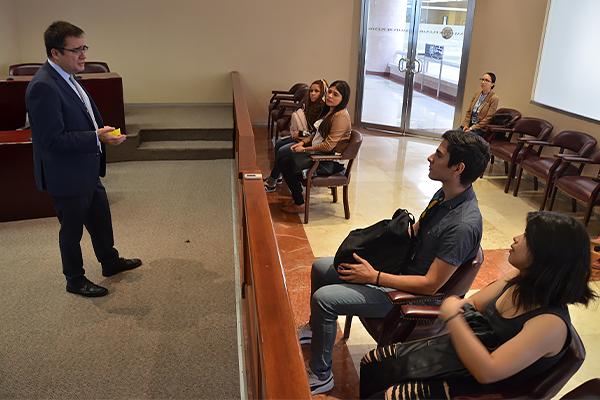 Estudiantes del tercer cuatrimestre de la licenciatura en derecho de la Universidad Nova Spania visitan el Palacio de Justicia José María Morelos