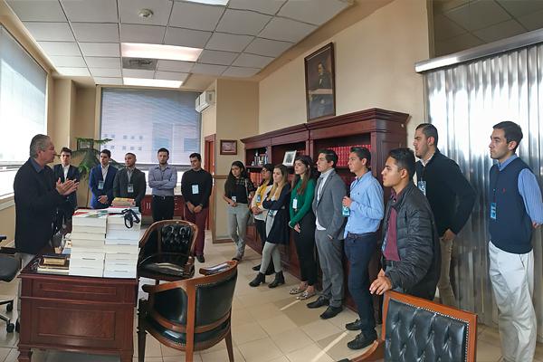 Magistrado primero civil conversa con universitarios para que conozcan de la labor del STJE