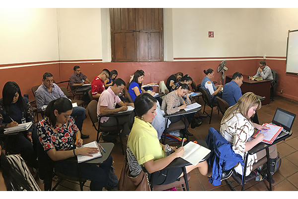 De manera permanente se llevan a cabo cursos y concursos para ingresar o ascender en la carrera judicial