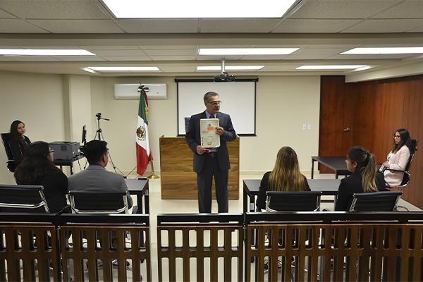 Magistrado penal recibe en visita guiada a estudiantado de la Licenciatura en Abogacía Internacional