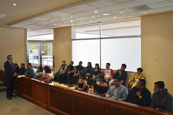 El titular de la Sexta Sala Penal del STJE recibió a estudiantes de derecho como parte del programa de Visitas Guiadas