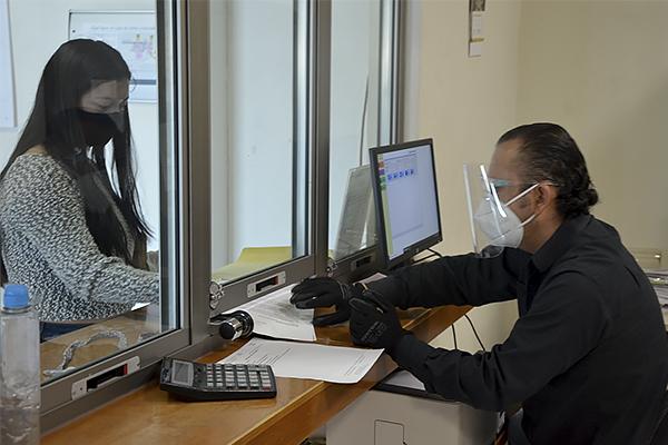 El personal labora en horarios divididos, con uso de cubrebocas, gel antibacterial y guantes para evitar la diseminación de Covid-19